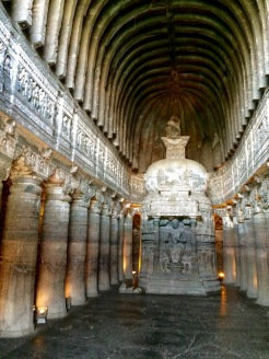 La plus belle grotte d'Ajanta, il est possible de faire le tour de l'autel, Inde.