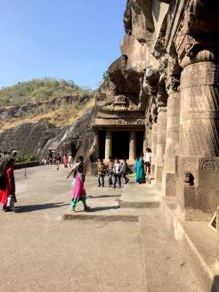 Entrée des grottes creusées dans la pierre à Ajanta, Inde.