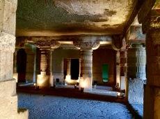Difficile d'imaginer que cette grotte a été creusée à même le roc . Ajanta, Inde