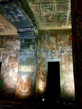 Il est encore possible d'admirer les peintures anciennes sur les murs des grottes de Ajanta, Inde