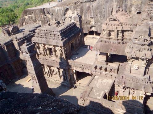 Nous avons grimpé plus haut afin d'avoir une meilleure vue sur la seule construction d'Ellora qui n'est pas une grotte, mais plutôt une immense structure à ciel ouvert. Inde.