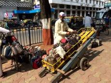 Les repas chauds, en provenance de tous les coins de la ville, sont triés afin d'être livrés à leurs destinataires. Churchgate, Mumbai, Inde