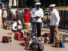 Arrivés par trains, es repas chauds sont triés et livrés avec exactitude, Churchgate, Mumbai, Inde.