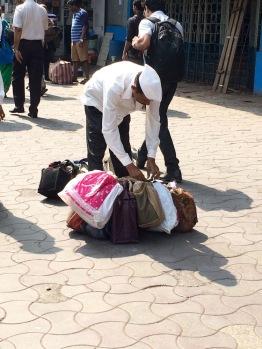 Les livraisons des repas se font aussi à pied. Churchgate. Mumbai, Inde.