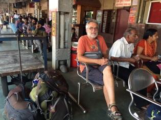 Robert avec nos bagages à la gare de Kollam