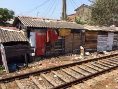 Sur le bord de la voie ferrée, Colombo