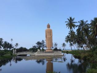Bouddha en face de la mer sur la route de Colombo