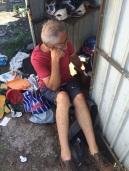 Robert devant la porte de l'échoppe du cordonnier