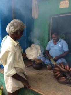 Fumerie de bananes. Elles deviennent rouges. Madurai