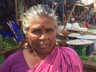 Grand-mère au marché de Madurai