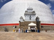 Entrée d'une stupa à Anuradhapura