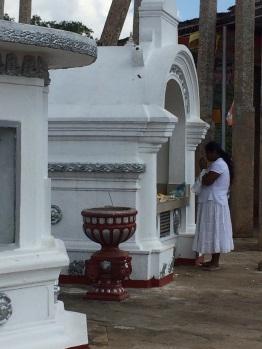Priée es devant un hôtel Anuradhapura