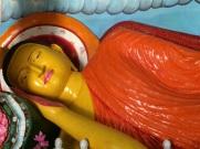 Bouddha couché à l'intérieur d'une stupa