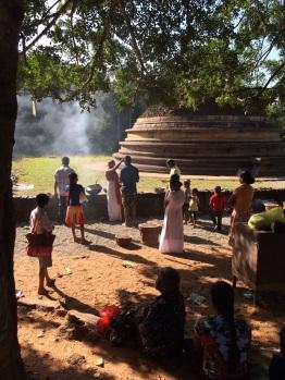 Cérémonie devant stupa près de Mihintale