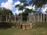 Piliers restants d'un édifice à Anuradhapura
