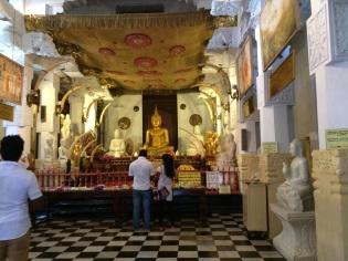 Salle de prière au Temple de la Dent de Bouddha, Kandy