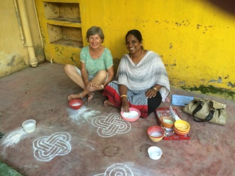 Jocelyne et Anitha son prof de Kolam
