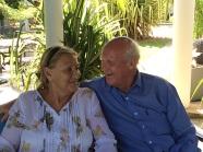 Ron et Pat à Suriyagaha au retour de l'hôpital soulagés que le poignet de Pat ne soit pas fracturé