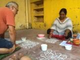 Robert bien concentré à suivre les indications d'Anitha, Centre Culturel Sita, Puducherry