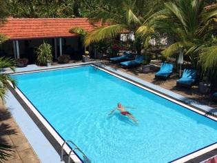 Robert dans la piscine, Suriyagaha