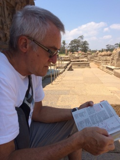 Robert qui me lit la description des monuments au Shore Temple