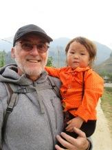 Robert avec la petite fille d'une paysanne qui nous a accompagnés une partie de la route en rentrant chez elle.