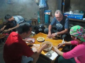 Préparation du repas du soir, famille Dzay à Tà Van.