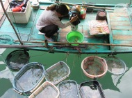 Une femme vend ses produits de la mer, Baie d'Along