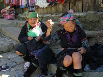 Deux femmes Hmong cousant un vêtement traditionnel, Sapa