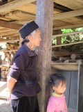 Une femme Hmong et une petite fille se sont approchées pour observer la scène de magasinage., Sapa