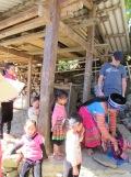 Une commerçante magasine des vêtements traditionnels auprès d'un vendeur venu d'un autre village, Sapa