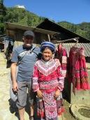 La marchande porte les vêtements traditionnels qu'elle vient d'acheter