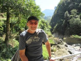Devant une chute dans la région de Sin Chai
