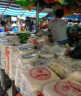 Étalage de pâtes de riz, marché de Vinh Long, Vietnam