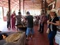 Hommes mélangeant les ingrédients pour faire une confiserie, région de An Binh, Vietnam