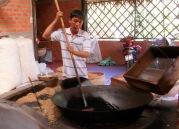 Le riz est soufflé dans une grande marmite à l'aide de sable chaud et un feu brûlant, région de An Binh, Vietnam