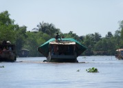 Transport du sable retiré du fond de l'eau, région de An Binh, Vietnam