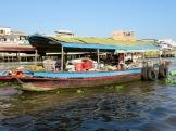Bateau de victuailles au marché flottant de Cái Be, Vietnam