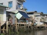 Maisons sur pilotis longeant le bord de l'eau, Cái Be, Vietnam