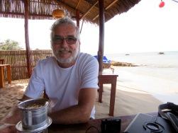 Le café du matin, les dgens us pieds dans le sable, Nhat Lan Resort, île Phú Quoc, Vietnam