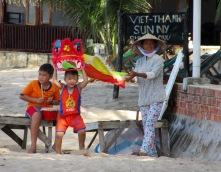 Des enfants s'amusent sur la plage du Nhat Lan Resort, Duong Dong, Phú Quoc