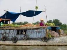Vendeuse de bananes au marché flottant de Chau Doc, Vietnam