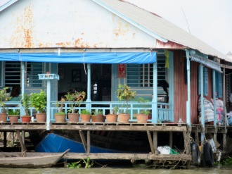 Maison avec petit hôtel sur le balcon pour le culte des ancêtres,, Chau Doc, Vietnam