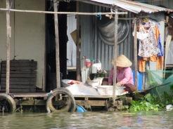 Les avtivités quotidiennes se font sur le balcon, près de l'eau, Chau Doc, Vietnam