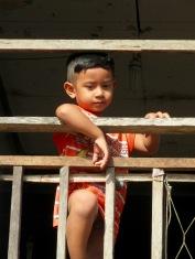 Un petit garçon au village Cham, région Chau Doc, Vietnam