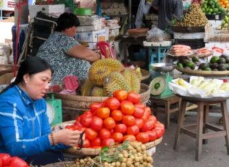 L'odeur des durians ne trompe pas, ils sont juste derrière les tomates! Marché de Chau Doc, Vietnam