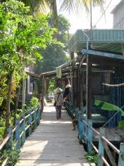 Sur le chemin du village Cham vers les maisons sur pilotis, village Cham, région Chau Doc, Vietnam