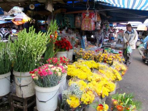 Section des fleurs, les parfums sont au rendez-vous, marché de Chau Doc, Vietnam