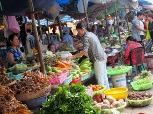 Marché très vivant de Chau Doc, Vietnam