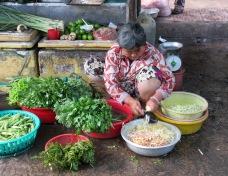 Préparation de légumes pour la vente, Marché de Chau Doc, Vietnam